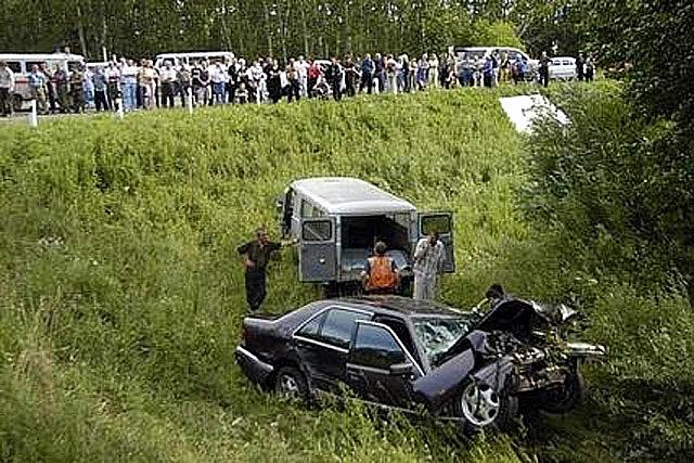 """Через год Евдокимов на своей рабочей машине попал в страшную автокатастрофу возле Барнаула: его водитель, пытаясь обогнать другой автомобиль, на полной скорости врезался во встречную """"Тойоту""""."""