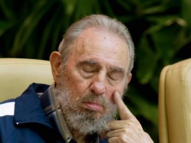 Бывший президент Кубы Фидель Кастро задремал во время заседания 6-го конгресса кубинской коммунистической партии в апреле 2011 года в Гаване.