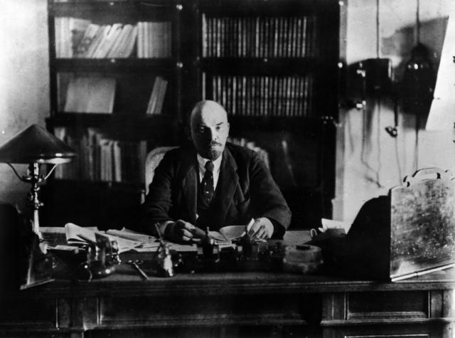Владимир Ильич Ульянов-Ленин пойман на своем рабочем месте. На столе Ильича как и в стране - хаос.