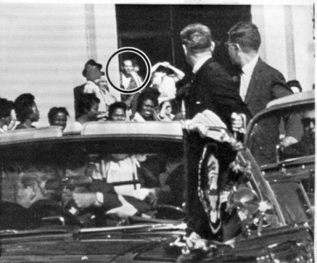 Накануне Кеннеди предупреждали о том, что в Далласе не слишком довольны его действиями на посту президента, а потому лучше воздержаться от опасной поездки в кабриолете.