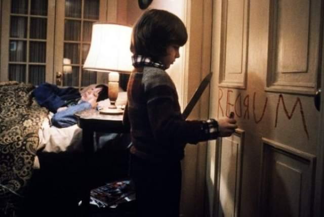 46. В изначальной версии, вышедшей в 1980 году на экраны кинотеатров, была альтернативная концовка: после кадра с телом Джека следовала сцена с полицейскими снаружи отеля. После этого шла сцена в больнице, где находятся Венди и Дэнни.
