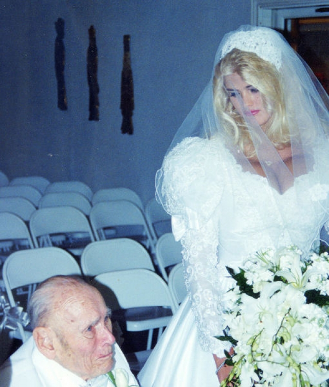 Анна Николь Смит. Бывшая стриптизерша довольно быстро стала звездой после публикации ее снимков в Playboy. Два года спустя 26-летняя блодинка вышла замуж за 89-летнего нефтяного магната Говарда Маршалла.