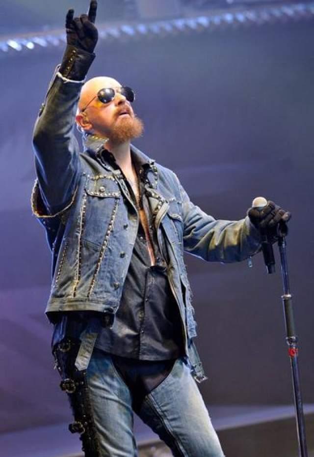 В 1998 году неожиданными каминг-аутами прославились сразу два музыканта. Сначала в интервью каналу MTV публично признался в своей ориентации Роб Хэлфорд, вокалист британский хеви-метал-группы Judas Priest.
