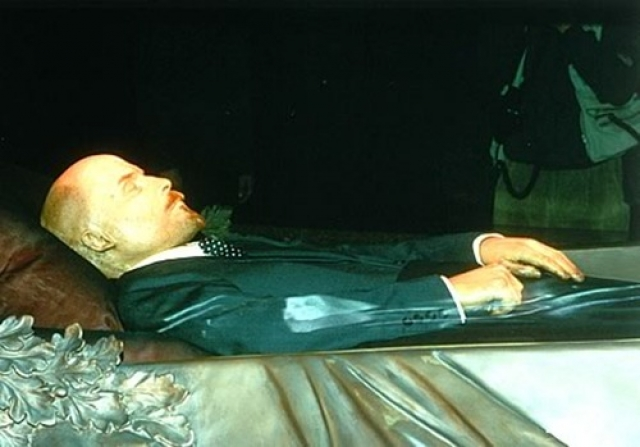 Так, в марте 2010 года подмосковный житель Сергей Крапецов смог перелезть через ограждение, взобрался на трибуну Мавзолея и стал призывать к захоронению Ленина и разрушению Мавзолея.