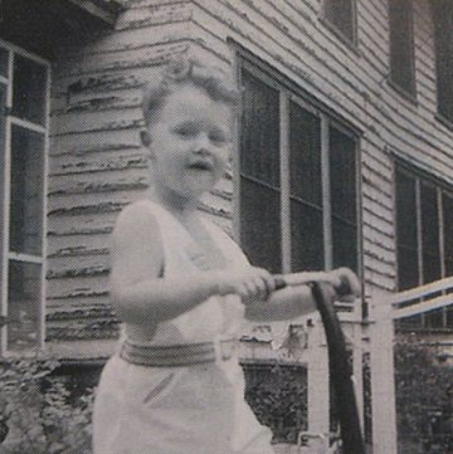Из-за того, что мать Билла после его рождения решила продолжить образование, первые годы воспитанием мальчика занимались его бабушка и дедушка — Элдриджа и Эдит Кэссиди.