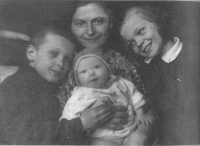 """Лев Лещенко, 76 лет. Это случилось в сентябре 1943 года, когда Льву Валерьяновичу было 1,5 года. """"Что-то у мамы случилось с горлом — то ли рак, то ли туберкулез. А как лечить, если лекарств нет?"""" - рассказывал артист. Воспитывать его и старшую сестру Юлию приехала мамина мама, которая жила в Рязани, но у отца с ней не сложились отношения."""