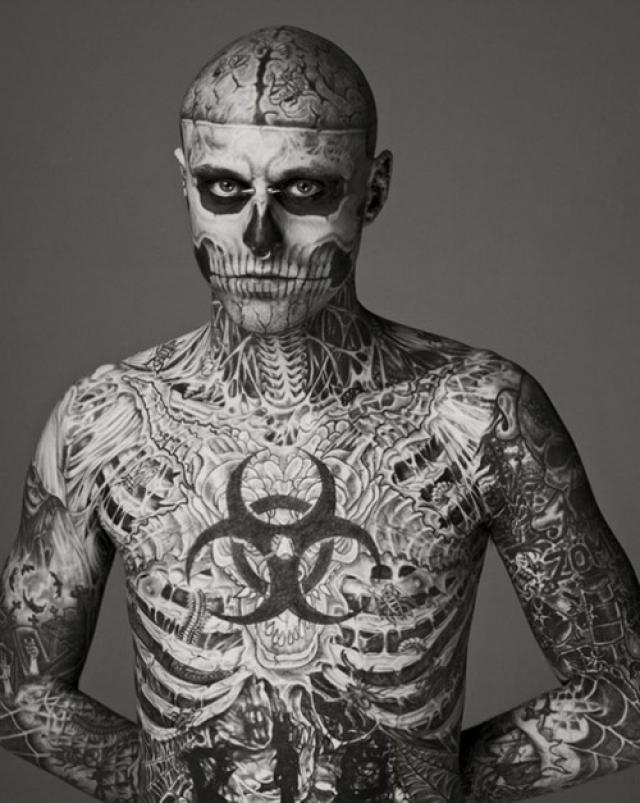 Самый татуированный человек в мире превратился в звезду Интернета и модель.