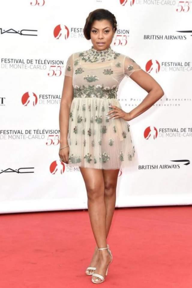 Актриса Тараджи Хенсон (48) и нежное платье Valentino вместе смотрелись гротескно. Такие наряды лучше оставить для юных старлеток!