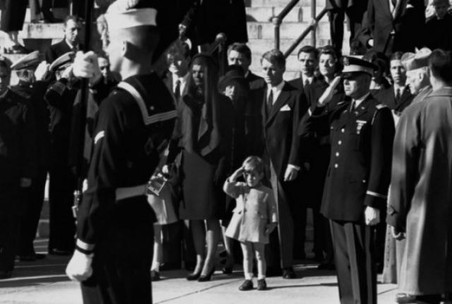 Похороны президента Джона Кеннеди, которые состоялись 25 ноября 1963 года, в день рождения Джона Кеннеди младшего. По всему миру транслировались кадры, где Джон Кеннеди-младший салютует гробу своего отца. Кстати, жизнь сына президента оборвалась также весьма трагически.