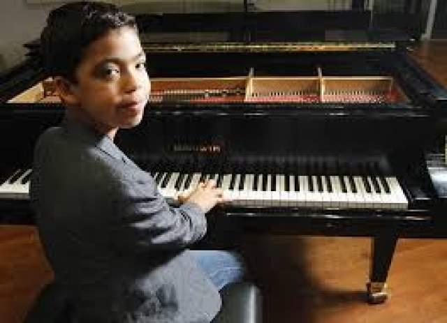Итак Бортник Юный музыкант Иван Бортник попал в Книгу Рекордов Гиннеса, как самый молодой солист в мире. Но талантливый рекордсмен не только поет, Но и сочиняет собственные песни, а также играет в кино. В возрасте 3-х лет Иван начал играть на клавесине, а уже с 5-ти лет начал писать музыку.