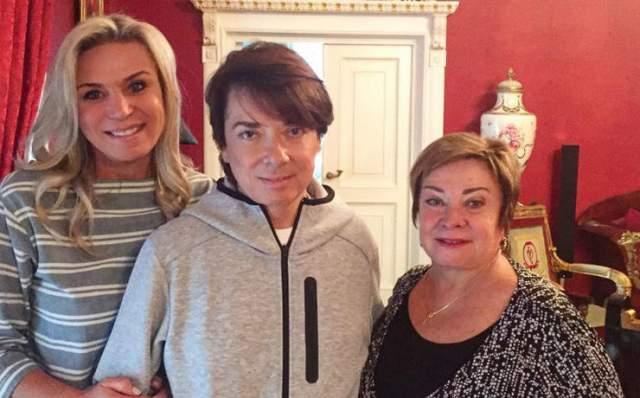 Жена кутюрье, Марина Юдашкина, сообщила, что ее супругу в Москве экстренно была проведена очень сложная операция на почках, после которой он прошел необходимый курс реабилитации.