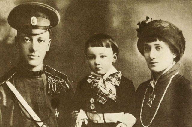 Чуть позже родился сын Ахматовой и Гумилева, Лев. Почти сразу же его забрала к себе мать Николая, Анна Ивановна, а молодые родители не возражали. В итоге, Лева почти шестнадцать лет прожил с бабушкой, видя родителей лишь изредка.