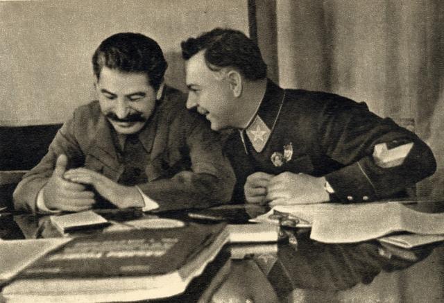 """Сталин внимательно прочел это письмо и начертал на нем свое мнение: """"В архив. Идиот и дегенерат. И. Сталин"""". Через несколько недель Гарри Уайт был выдворен за пределы СССР."""