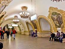 В Москве на станции «Киевская» у украинки на панно закрасили венок с лентами