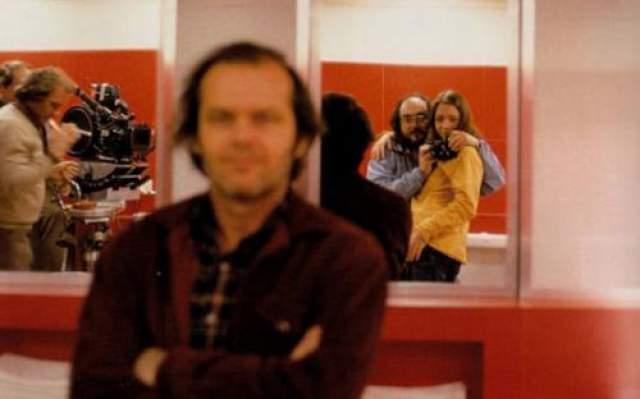 Джек Николсон подумал, что это его фотографируют, но Стенли Кубрик снимал зеркальное селфи с дочерью.