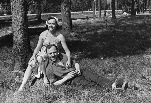 """Алла Парфаньяк и Михаил Ульянов. На съемках картины """"Небесный тихоход"""". актеру удалось завоевать сердце замужней возлюбленной. В 1957 году Алла ушла от мужа, а в 1959 родилась новая семья. Супруги прожили вместе полвека, у них выросла дочь Елена."""