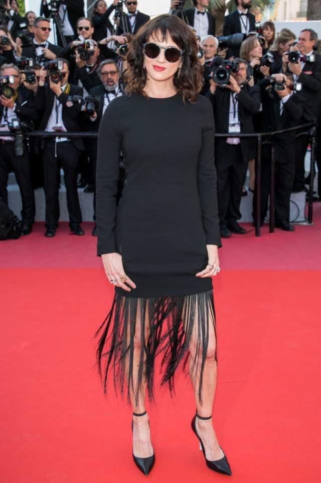 На красную дорожку Азия надела черное платье прямоугольного кроя с длинной бахромой, пущенной по низу.