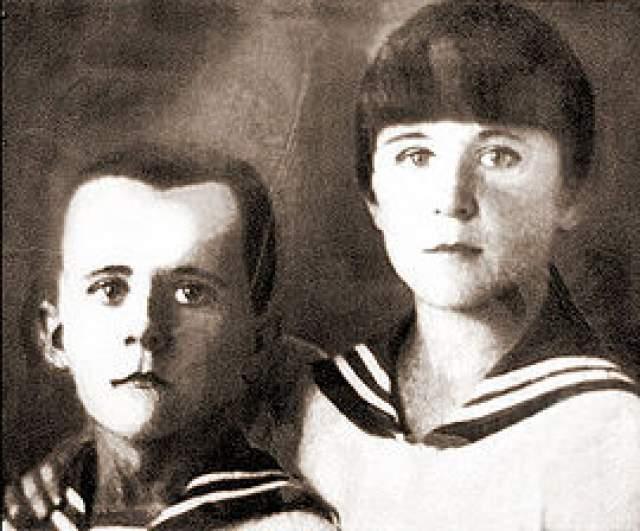 Зимой 1943 года многочисленные облавы фашистов вынуждали партизан менять свои расположения. В одном из подобных переходов очень сильно пострадала сестра Марата Ариадна. Она получила сильнейшее обморожение ног, а из-за отсутствия медицинской помощи ступни пришлось ампутировать.