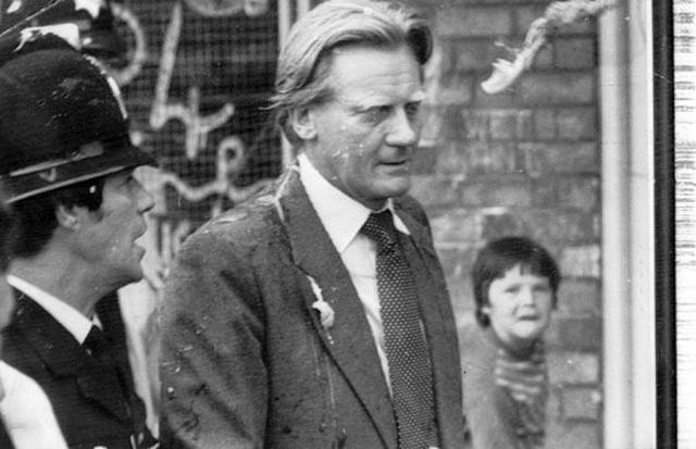 Август 1982: тогдашнего министра по вопросам охраны окружающей среды Майкла Хеселтина обстреляли яйцами рассерженные матери и дети в Крокстете, Ливерпуль.