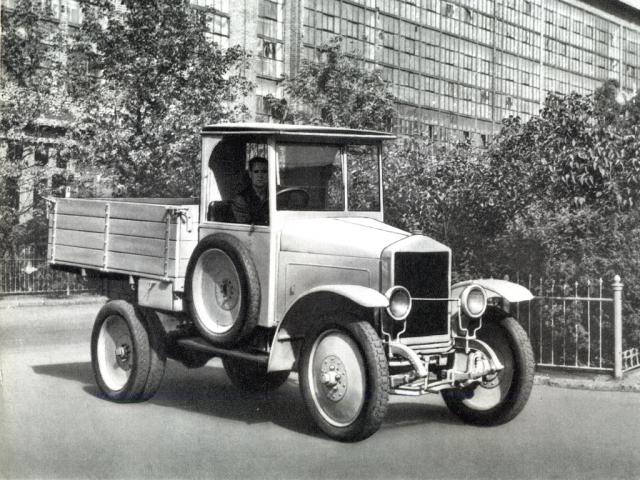 Автомобильная промышленность Советского Союза стартовала 7 ноября 1924 г. В этот день в столице появились первые автомобили, произведенные в СССР. Они прошли по Красной площади во время октябрьского парада - десять красных грузовиков АМО-Ф15 , которые были изготовлены на заводе, чья марка сегодня всем известна, как ЗИЛ.