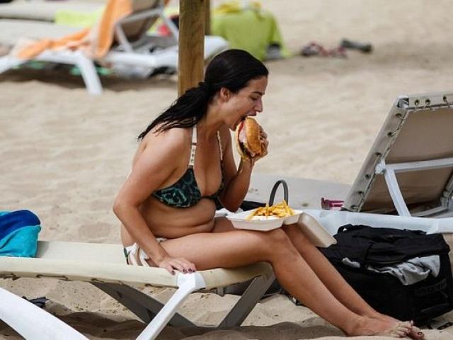 Телезвезда, модель и актриса Шантел Хоутон наслаждается летним днем.