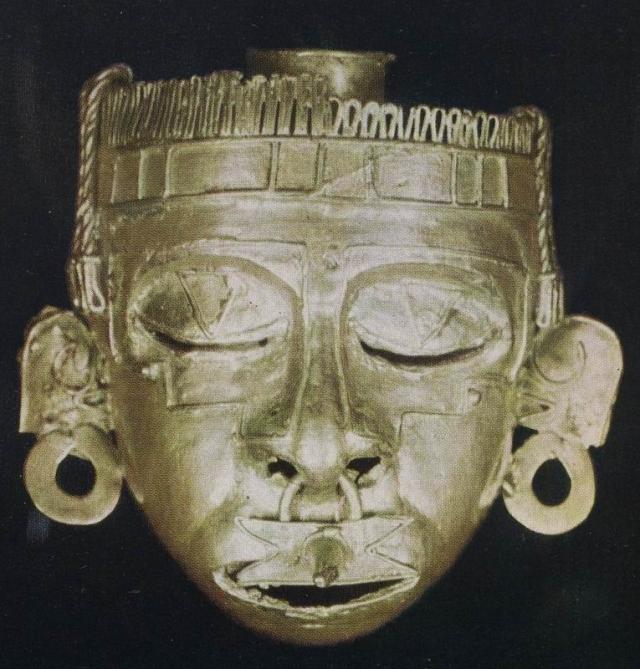 Здесь было найдено более пятисот предметов, и в их числе – золотая маска бога Шипе Тотека. Нос и щеки маски были обтянуты человеческой кожей.