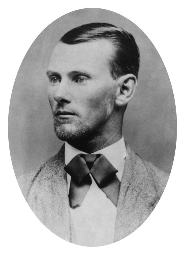 Джесси Джеймс. Знаменитый американский преступник XIX века стал литературным героем, которого часто изображают как своеобразного Робина Гуда Дикого Запада, грабившего богатых в пользу бедных. Но в реальности это был немного другой персонаж.