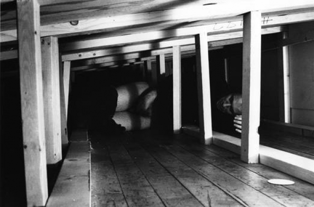 Аккончи лежал, спрятанный под пандусом, установленным в Sonnabend Gallery, и мастурбировал.