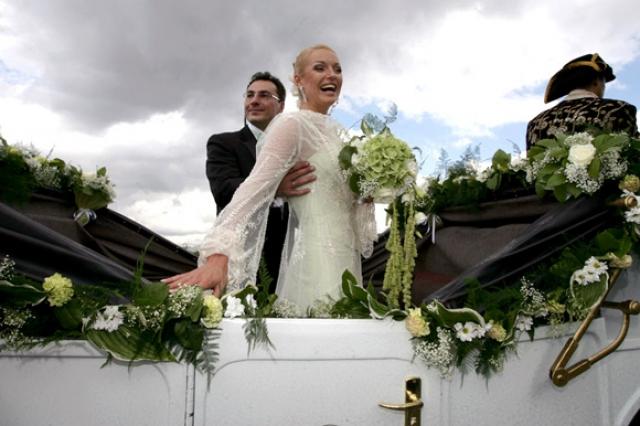 Свадьба состоялась в Санкт-Петербурге и не уступала по размаху голливудским торжествам: ориентировочно все мероприятие обошлось в полтора миллиона долларов.