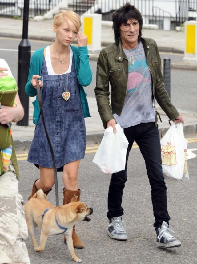 """Катя Иванова и Ронни Вуд. В 2008 году 61-летний гитарист Rolling Stones бросил жену, с которой прожил 23 года, ради 19-летней русской официантки с """"классическим"""" именем и фамилией."""