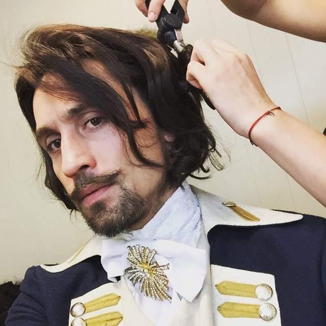 """В следующих """"Гардемаринах"""" Билану отвели роль капитана Джулиано Де Ломбарди. Пока говорить, подтянул ли певец свои актерские способности, рано, но уже в этом году все станет ясно."""