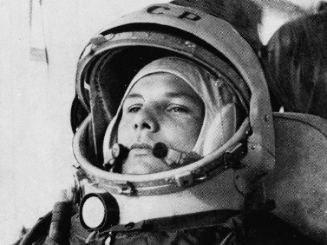 Для запуска тормозного двигателя Гагарину нужно было подтвердить свою вменяемость, решив простую логическую задачку, и получить цифровой код, введя который, можно было вручную включить необходимое оборудование.