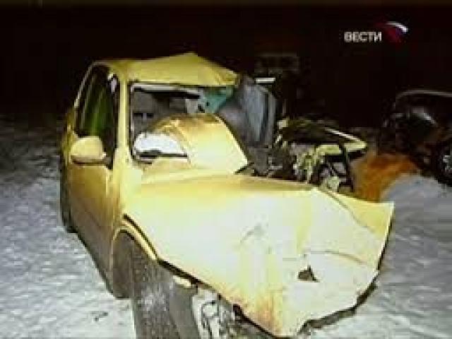 """Возможно, аварии предшествовал легкий контакт с обгоняемым грузовиком. Одна из пассажирок """"Фольксвагена"""" Юлия Меркулова скончалась позже от полученных травм."""