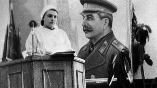 """По некоторым данным, """"дело врачей"""" началось с того, что профессор-кардиолог Коган посоветовал высокопоставленному пациенту больше отдыхать. Подозрительный диктатор усмотрел в этом чью-то попытку отстранить его от дел. Затеяв """"дело врачей"""", Сталин остался вообще без квалифицированной медицинской помощи."""