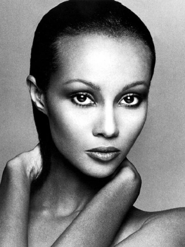 Иман. Первая публикация в качестве фотомодели была в журнале Vogue в 1976 году. 14 лет женщина провела на вершине мирового списка супермоделей.