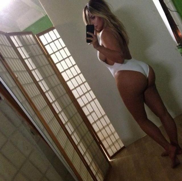 Ким демонстрирует во всей красе свои аппетитные формы по поводу и без.
