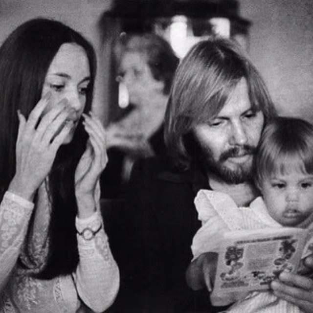 Маленькая Анджелина Джоли с родителями.