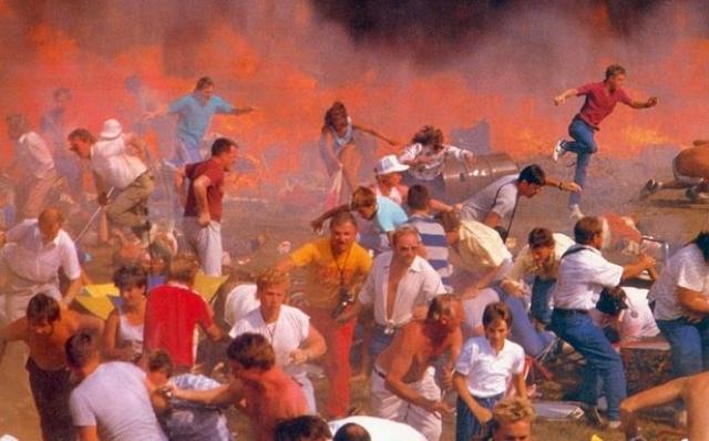 Истребитель перевернулся в воздухе, загорелся и рухнул в толпу зрителей на аэродроме примерно в 200 метрах от VIP-трибуны с высокопоставленными военными и политическими деятелями.