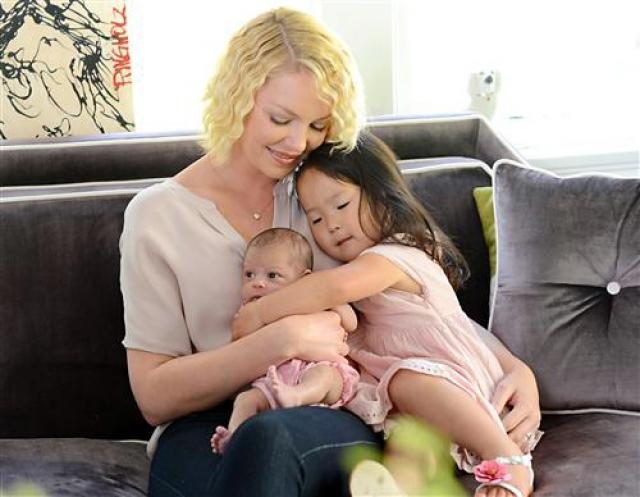 А в 2012 пара усыновила еще одну девочку, на этот раз из Луизианы, и назвали ее Аделаида Мария Хоуп.