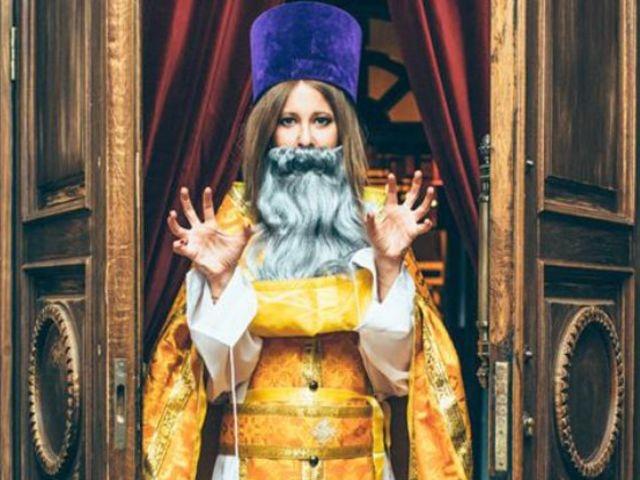 Снова РПЦ. В 2015 году журналистка опубликовала на своей странице в Instagram снимок, на котором предстала в церковной одежде и с искусственной бородой.