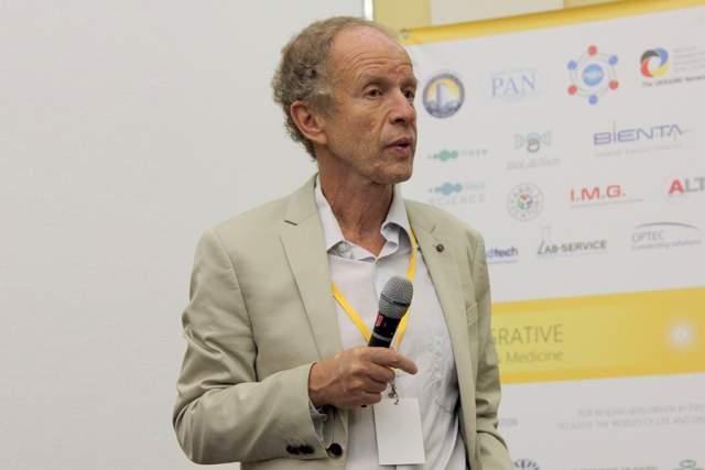 """Евгений Кунин Сотрудник Национального центра биотехнологической информации в США Евгений Кунин является одним из самых цитируемых биологов в мире. Его исследования посвящены биологической эволюции, а методы исследований относятся к вычислительной биологии - компьютерному анализу больших массивов данных, особенно геномов. Кунин является одним из соавтором статьи, предоставившей результаты проекта """"Геном человека""""."""