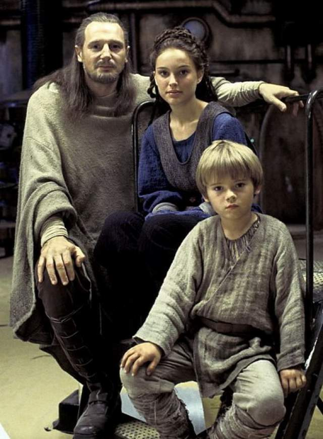 """Джейк Ллойд, """"Звездные войны. Эпизод I: Скрытая угроза"""" (1999). До этого снимался в фильмах """"Срывая звёзды"""" (1996), """"Подарок на Рождество"""" (1996). Но известность ему принесла роль в популярной саге. После выхода картины на экраны он занимался озвучкой шести игр по мотивам """"Звездных войн""""."""