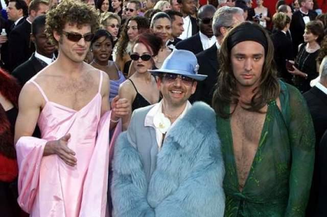 """Создатели легендарного сериала """"Южный парк"""" Трей Паркер и Мэтт Стоун стали главными героями """"Оскара-2000"""". На красной ковровой дорожке молодые люди появились в женских платьях. Трей выбрал имитацию зеленого платья Versace, в котором в 1999 году пришла на """"Оскар"""" Дженнифер Лопес, а Мэтт- розовое, в котором в тоже году была Гвинет Пэлтроу. Впрочем, пародия вызвала неодобрительную реакцию общественности, так как позже выяснилось, что молодые люди были под воздействием ЛСД во время церемонии."""