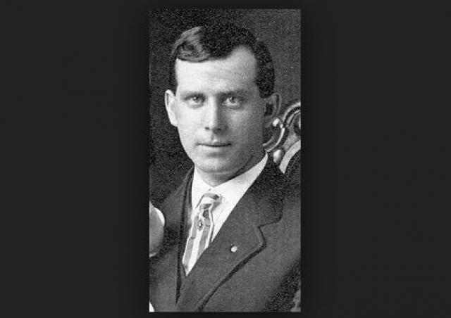 Только в 1903 году Альберт Паркхаус, работавший на проволочном заводе, в ответ на постоянные жалобы рабочих, что им не хватает крючков для своих пальто, изобрел вешалку-плечики.