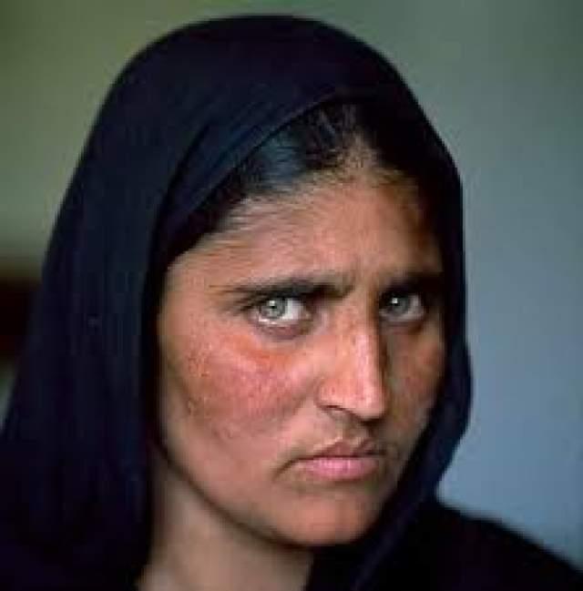 Свой ставший знаменитым портрет она увидела лишь в январе 2003 года и, конечно, не знала, что фотография получила такое широкое распространение и вызвала такую бурную реакцию.