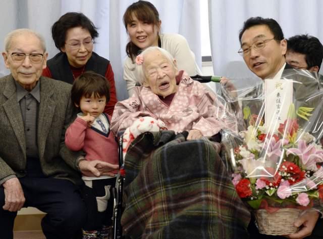 За свою жизнь Окава родила троих детей, двоим из которых уже больше 90 лет, также у нее четверо внуков и шесть правнуков.
