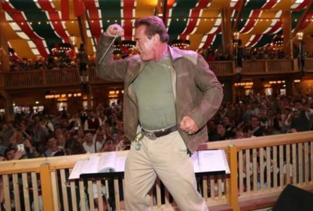 """10. Арнольд Шварцнеггер В реальной жизни герой """"Коммандо"""" чаще становился губернатором Калифорнии, чем убивал злодеев. Зато однажды он достойно показал себя в спасении на воде."""