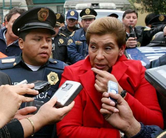 """Все жертвы Хуаны были женщинами от 60-ти лет и старше. Она забивала их дубинкой или душила, а потом грабила. Возможно, в ряде случаев Барраса прибегала к надругательствам. Главный прокурор в Мехико Бернардо Батиз охарактеризовал убийцу как человека """"с блестящим умом, весьма сообразительным и осторожным""""."""