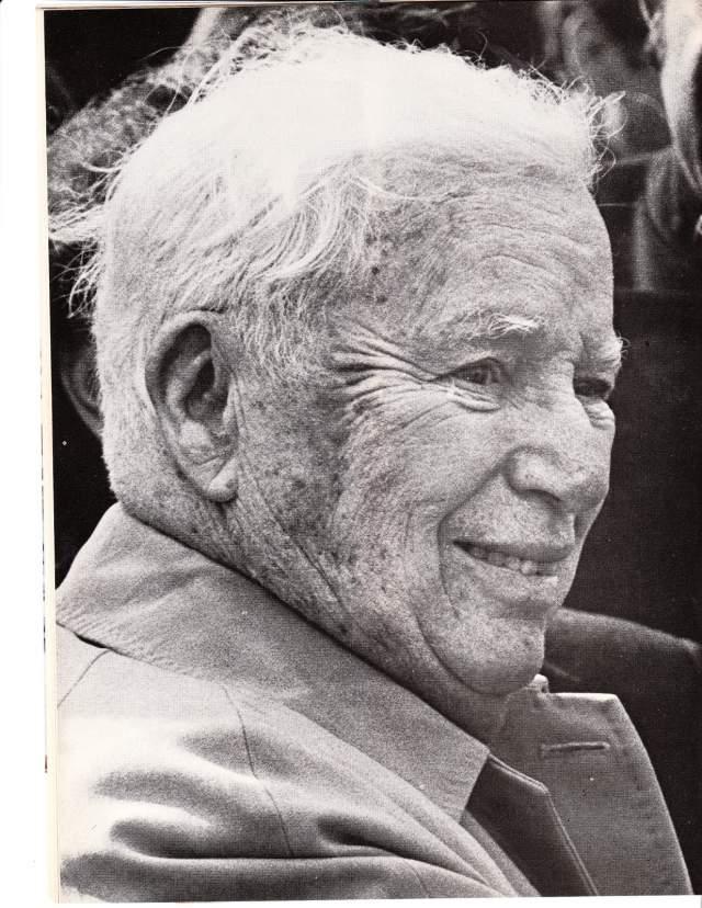 Чарльз Чаплин скончался во сне 25 декабря 1977 года, на 89 году жизни. Незадолго до этого он получил Оскар и был посвящен в рыцари.