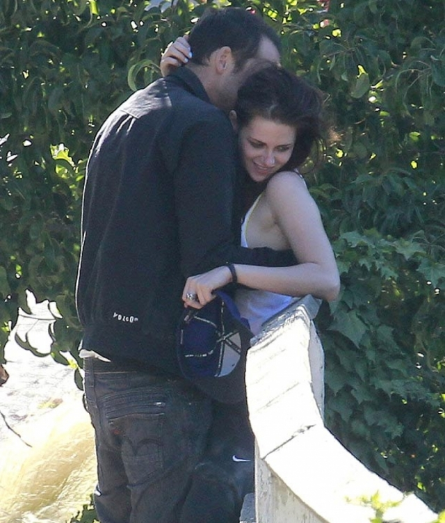 Обвинения не были голословными: папарацци удалось сделать фото, на которых актриса и режиссер совместно проводили время.